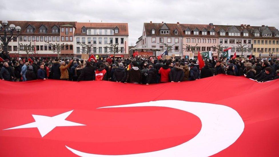 Bandera turca en protesta por ataques racistas en Hanau, Alemania, en febrero de 2020.