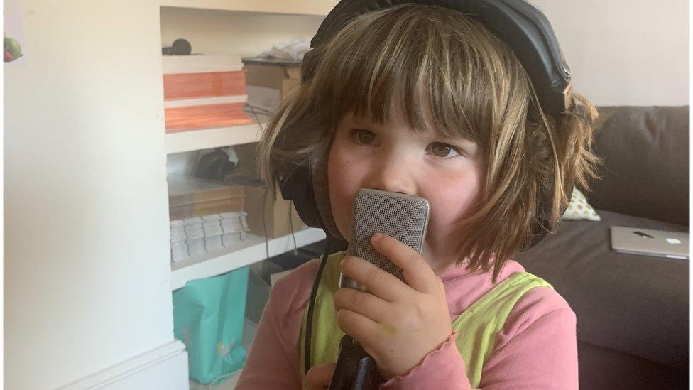 Fenn Rosenthal cantando en un micrófono