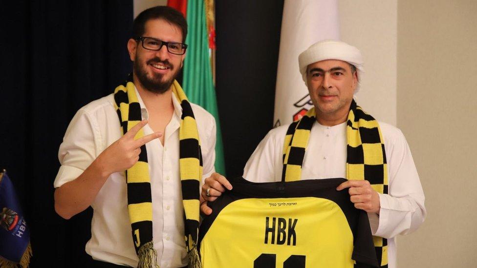 آل نهيان (إلى اليمين) وافق على ضخ 92 مليون دولار في النادي مقابل حصة 50% من مالكه موشيه هوغيغ