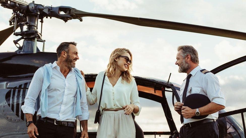 Casal com piloto de helicóptero
