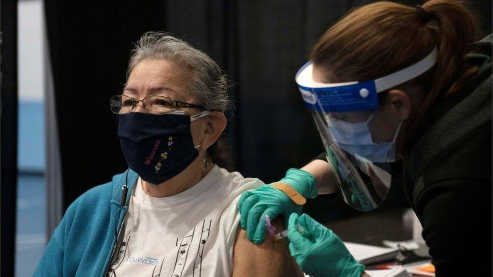 Mulher idosa é vacinada nos EUA