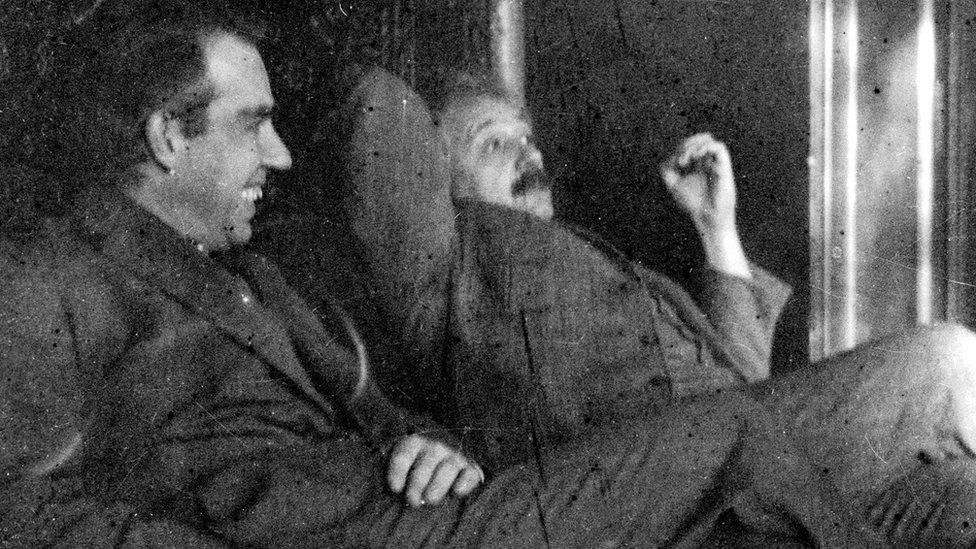 Neils Bohr y Albert Einstein