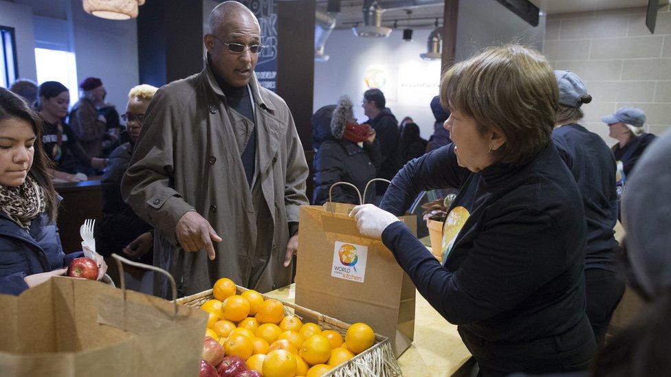 Local de alimentos para empleados afectados por el cierre del gobierno de Estados Unidos