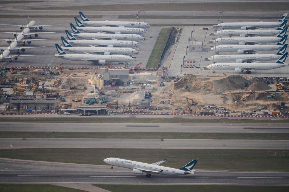 由於航線大減,香港機場停泊了很多飛機。