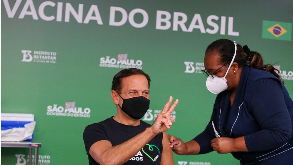 João Doria sendo vacinado