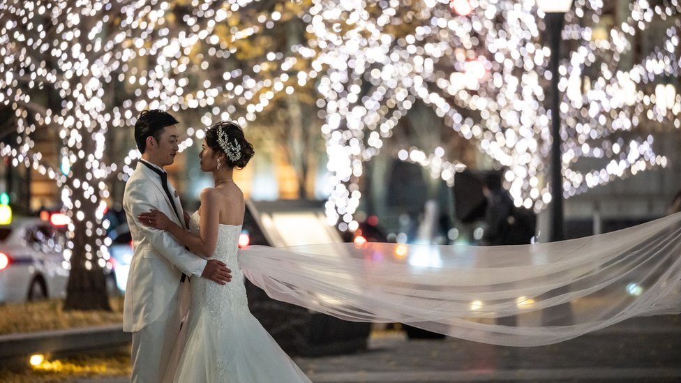 Una pareja posa para una sesión de fotos de boda en Tokio en diciembre de 2020.