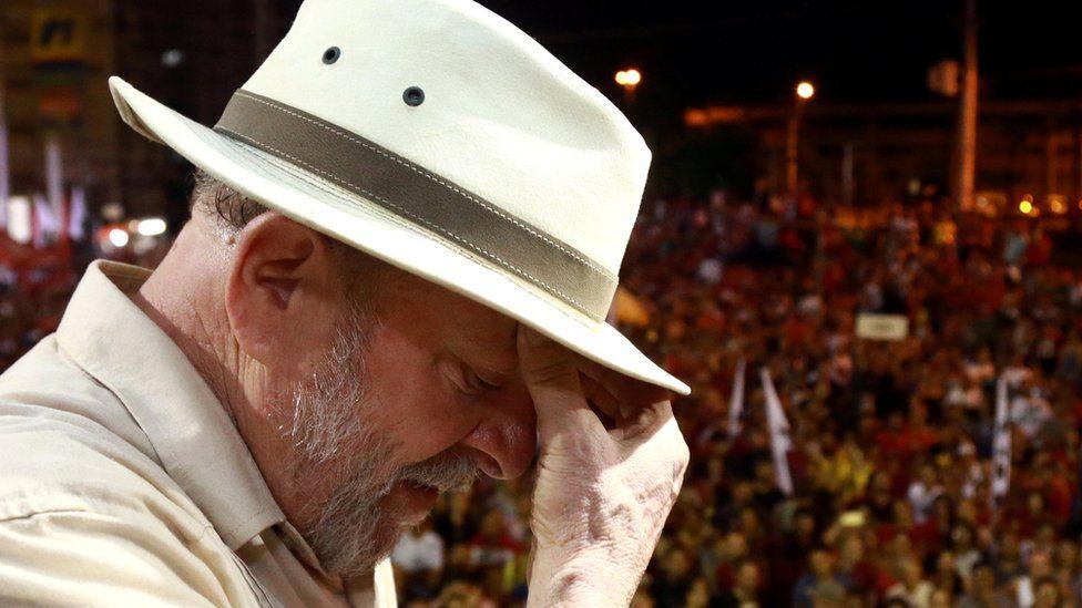 Fotografía de Lula ante una multitud.