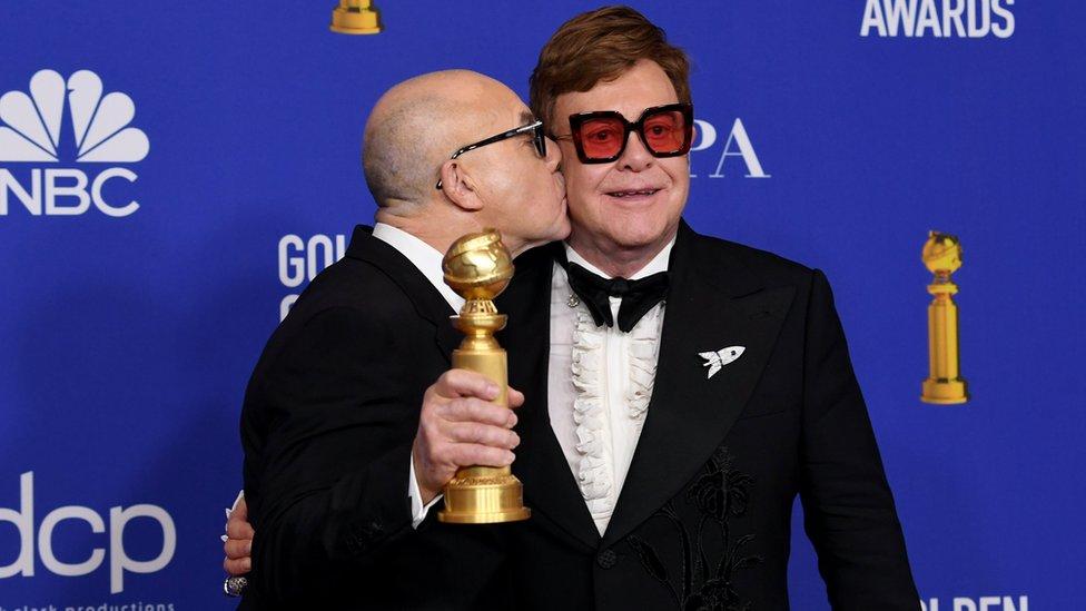 Elton John y su socio desde hace 52 años Bernie Taupin ganaron el Golden Globe en la categoría de mejor canción.