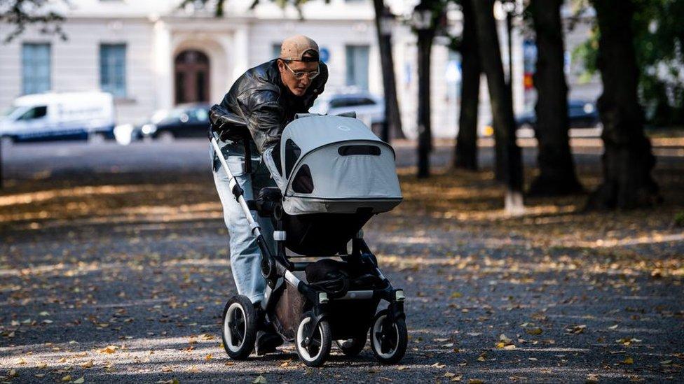 瑞典政府還向父母們提供豐厚的產後假期。現在,父親們的陪產假是母親產假時長的大約30%。