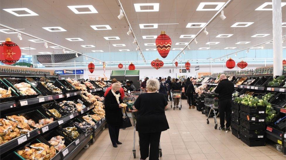 متسوقون في متجر في بريطانيا