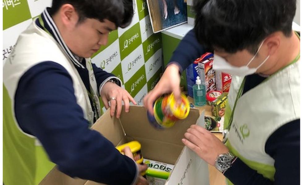 慈善機構「好鄰居」(Good Neighbours)將食品包裝起來送給低收家庭的學生。