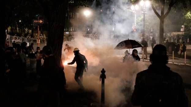 دخان ومتظاهرون في مظاهرات ليلية في بورتلاند