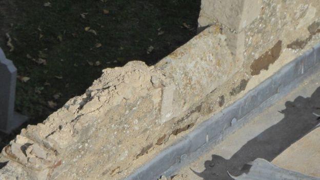 Los ladrones también dañaron los pilares y los trabajos de piedra de la iglesia.