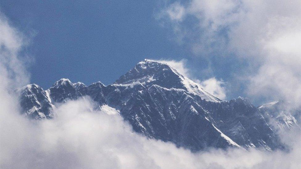 يعتقد بعض خبراء الجيولوجيا أن زلزالا في عام 2015 ربما أدى إلى حدوث تغيير في ارتفاع الجبل