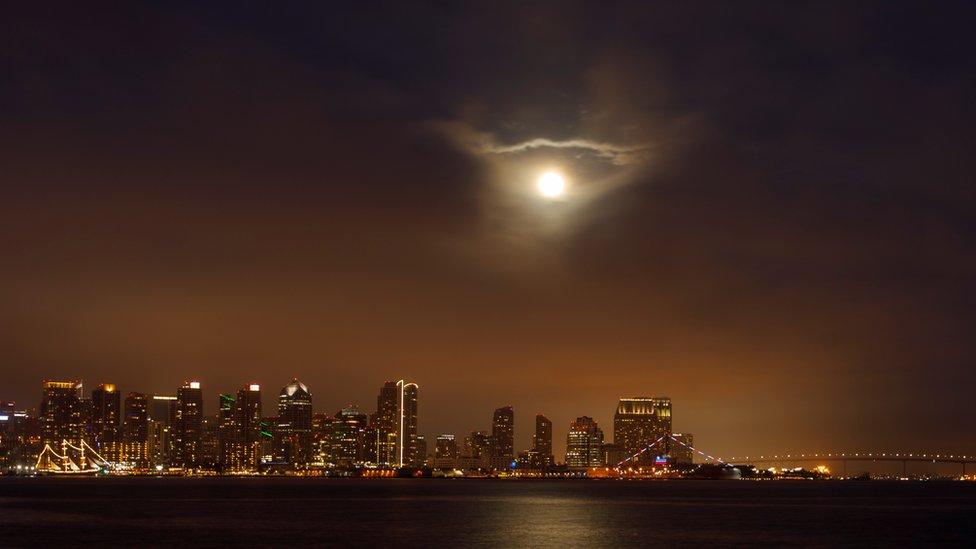 La superluna sobre San Diego, California