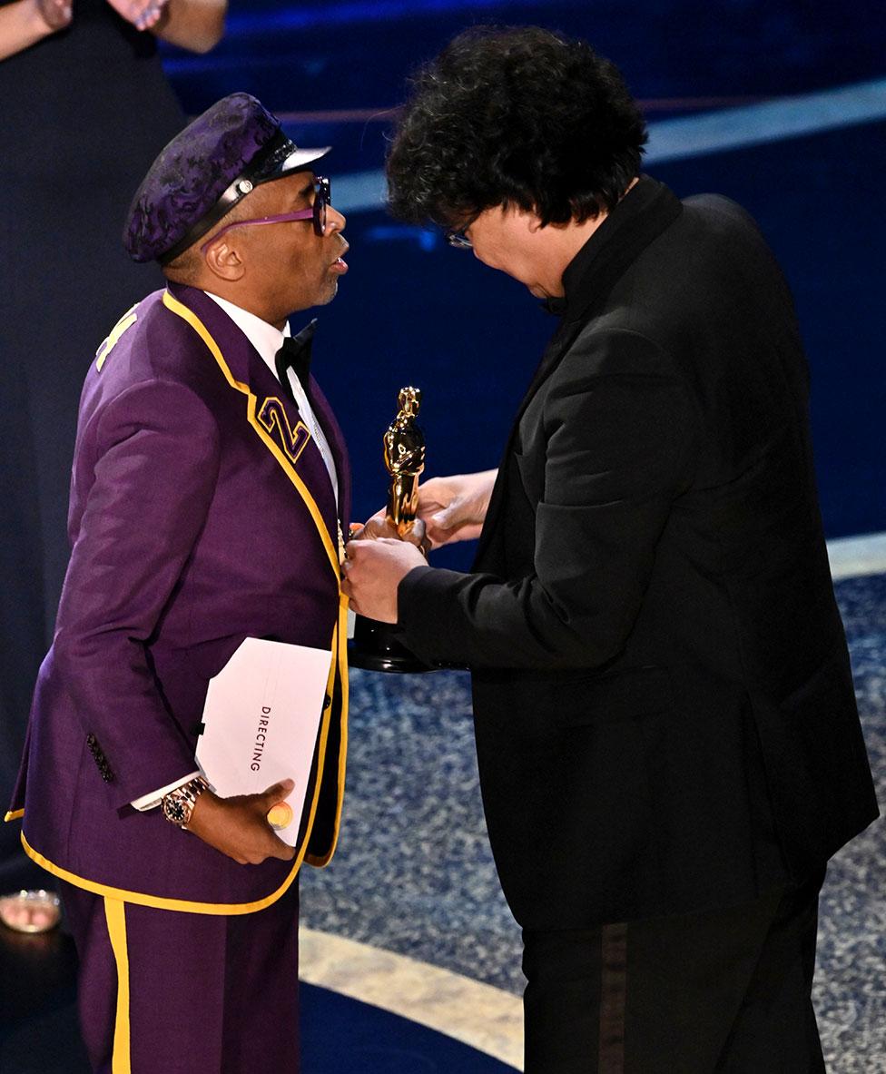 Spike Lee entrega el Oscar a Bong Joon-ho