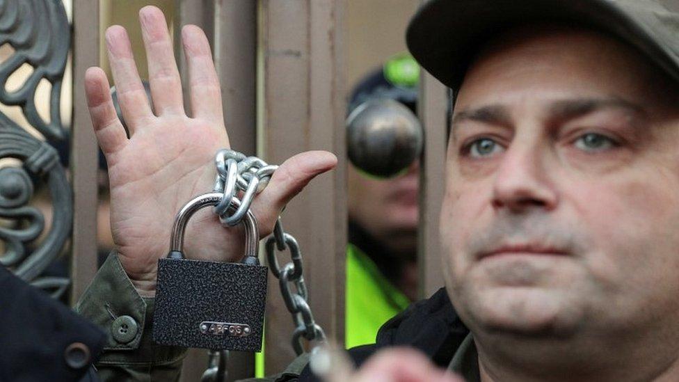 Протесты в Тбилиси: митингующие блокируют здание парламента