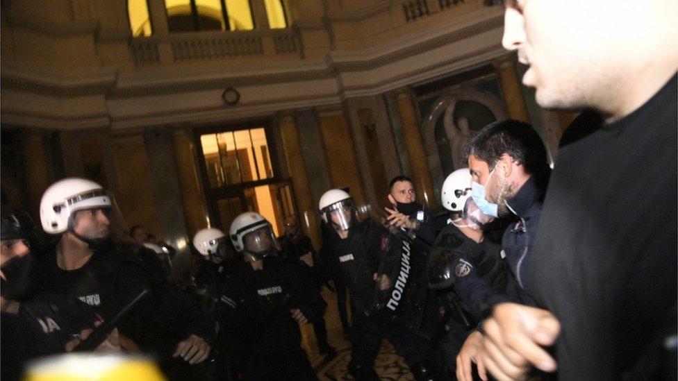 محتجون ورجال شرطة