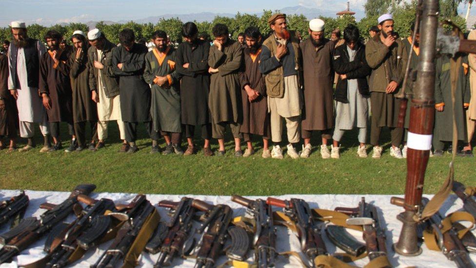 Combatientes de EI se rinden ante fuerzas afganas en 2019.