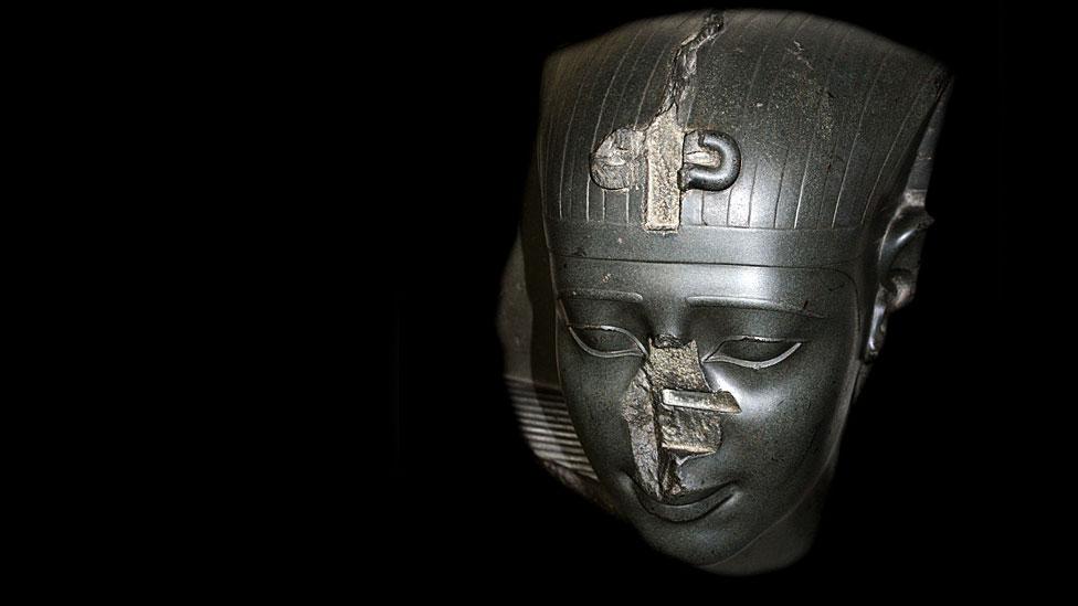 cabeza de una estatua de un rey de la Trigésima Dinastía, alrededor del 370 a.C. sin nariz