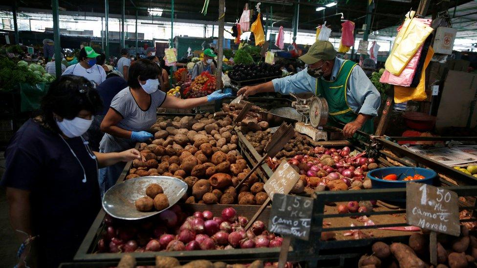 Mujeres comprando en un mercado