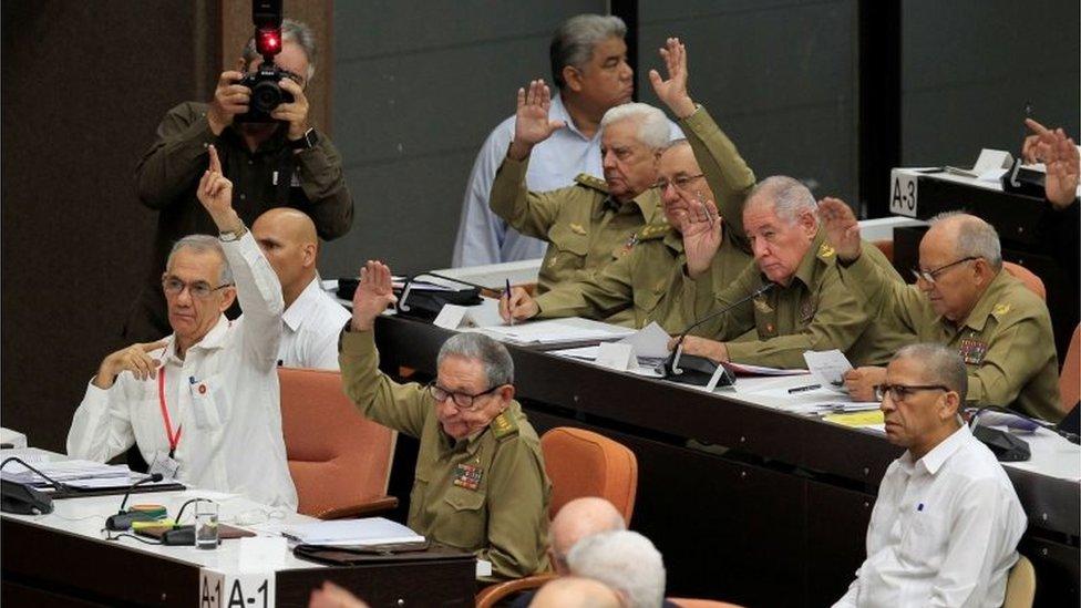Raúl Castro y otros diputados cubanos