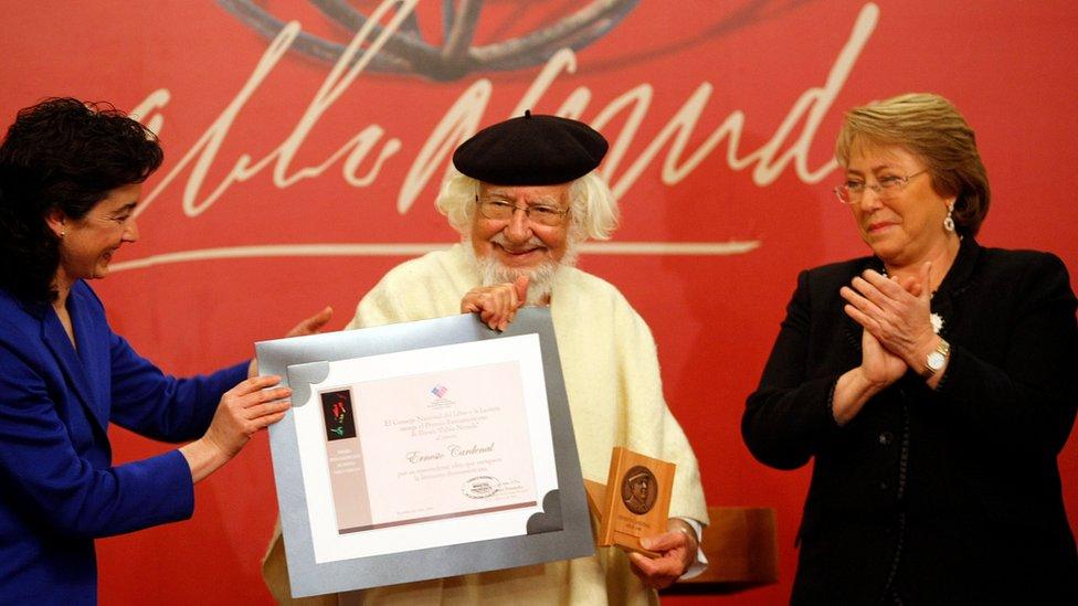 Cardenal recibe el Permio Pablo Neruda de Literatura Iberoamericana en 2009, flaqueado por la presidenta Michelle Bachelet y la ministra de Cultura, Paulina Urrutia.