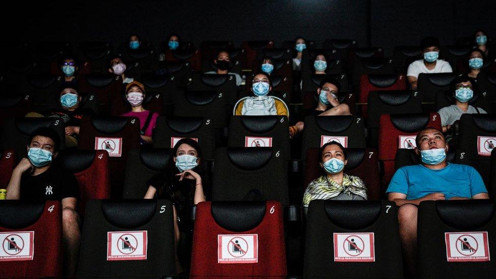 Stanovnici Vuhana gledaju film u bioskopu, jul 2020.