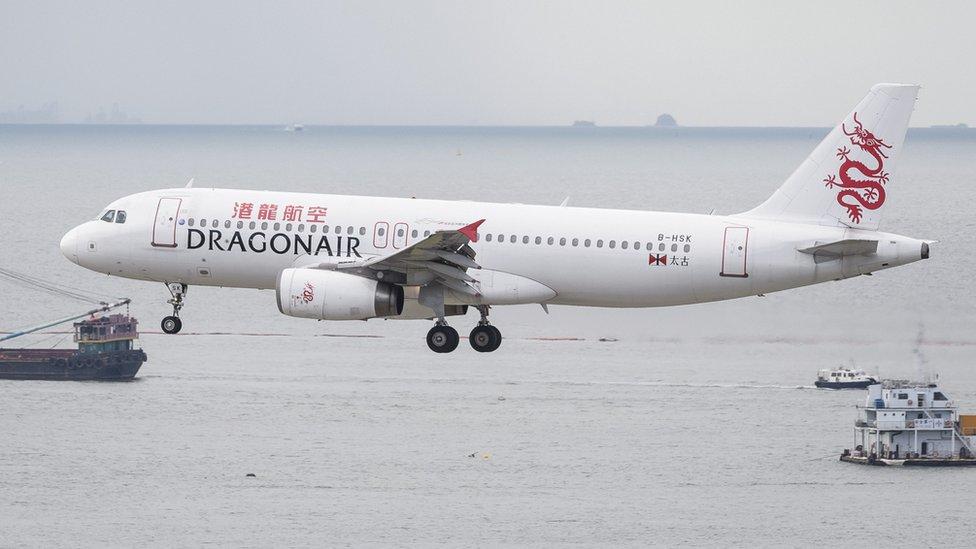 一架國泰港龍空客A330客機降落香港國際機場(1/8/2018)