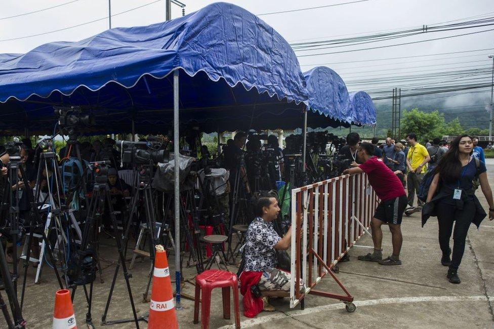 Periodistas a la entrada de la cueva.