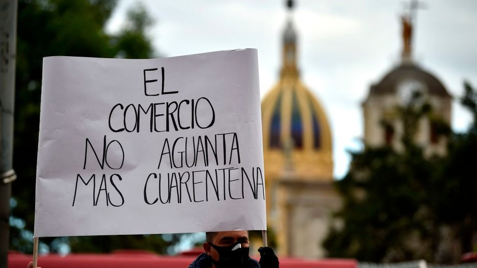 """Un letrero lee: """"El comercio no aguanta más cuarentena"""""""