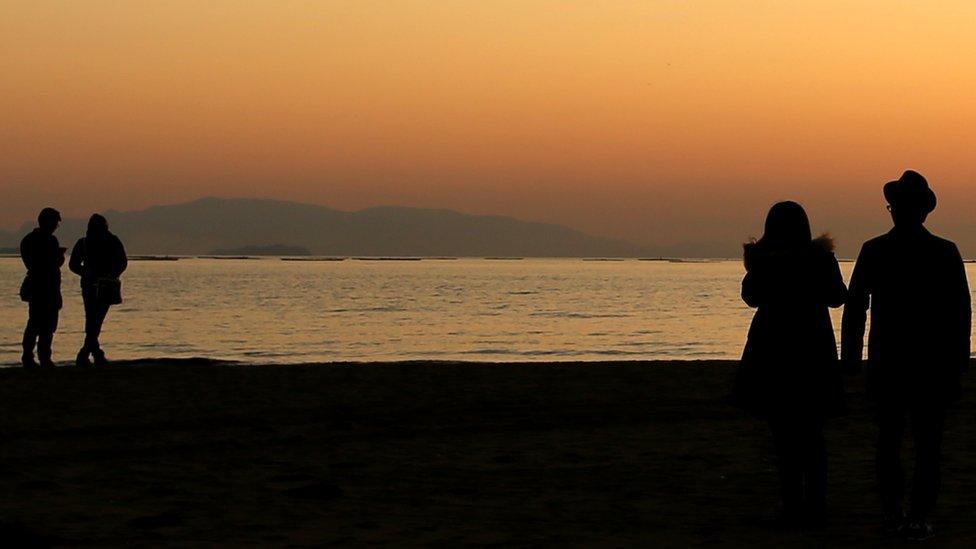 Parovi na plaži u Japanu