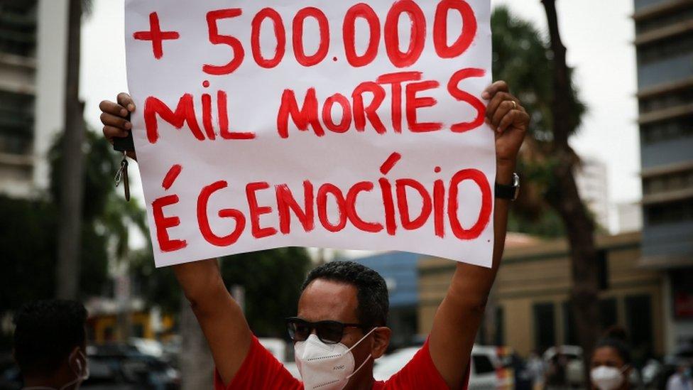Manifestante em protesto contra presidente Jair Bolsonaro em Cuiabá, 19 de junho de 2021