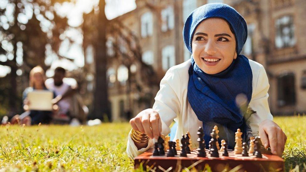 Mujer joven jugando al ajedrez