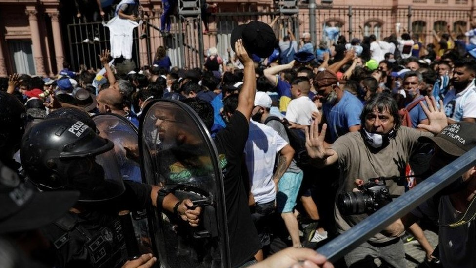 Police clash with mourners outside Argentina's presidential palace