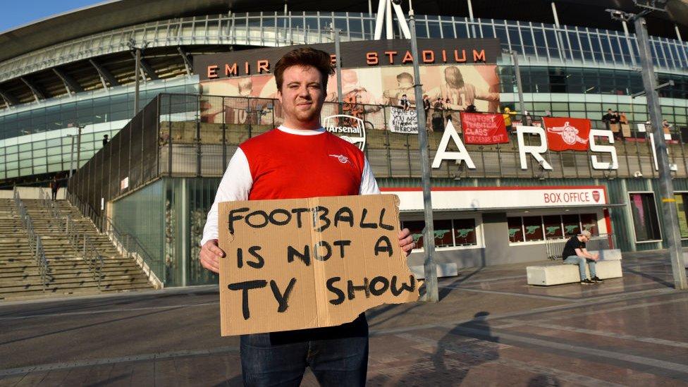 Aficionado del Arsenal protestando contra la Superliga europea.