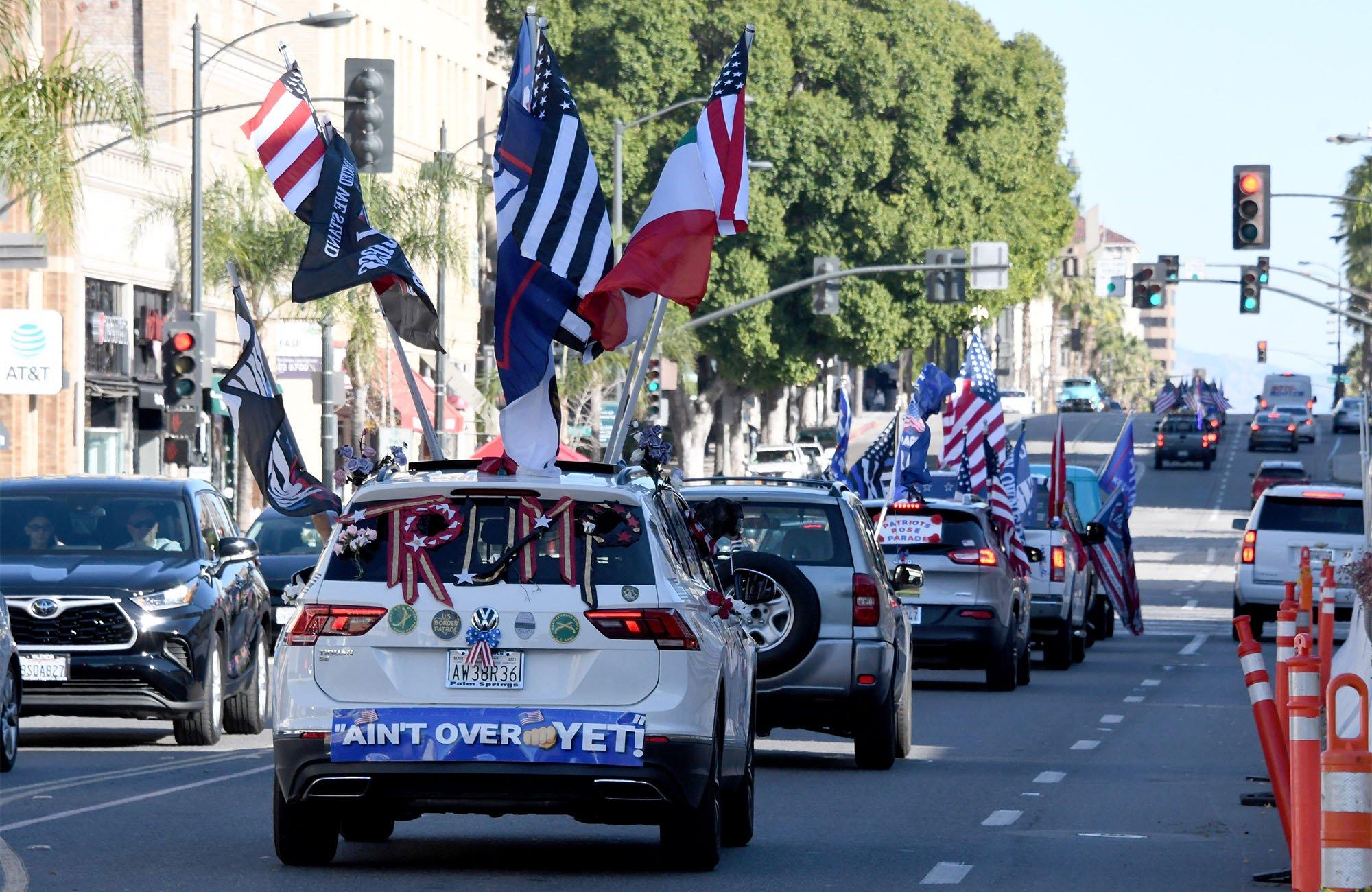 Caravana de seguidores de Trump en California.