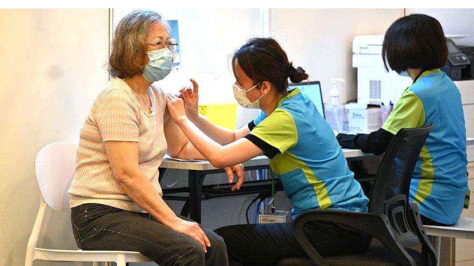 香港某社區疫苗接種點內一位老太太接受新冠疫苗注射(23/2/2021)