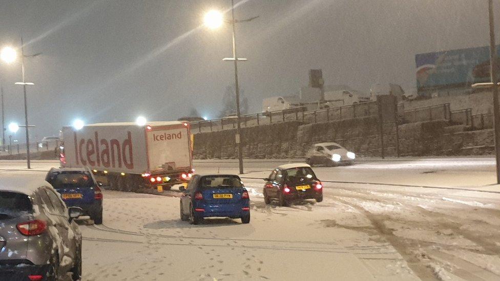 Travel warning after heavy snowfall in parts of England thumbnail