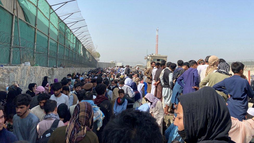 Vista general de la multitud de personas cerca del aeropuerto de Kabul,