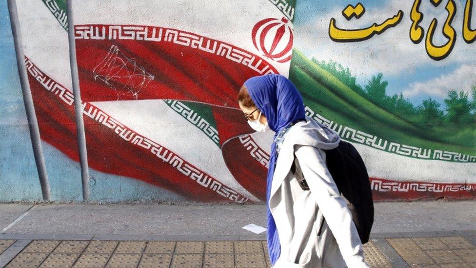 Mujer con mascarilla en Irán