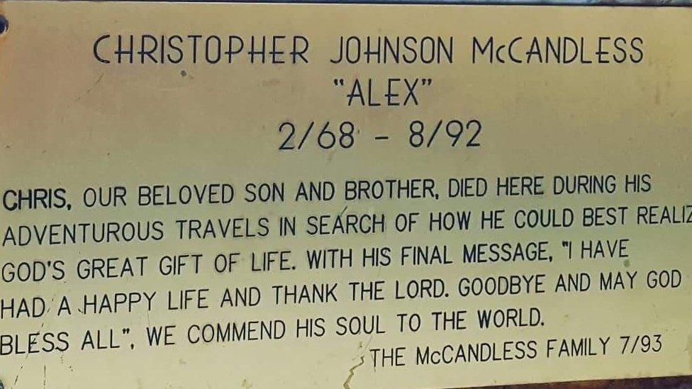 Una placa conmemorativa