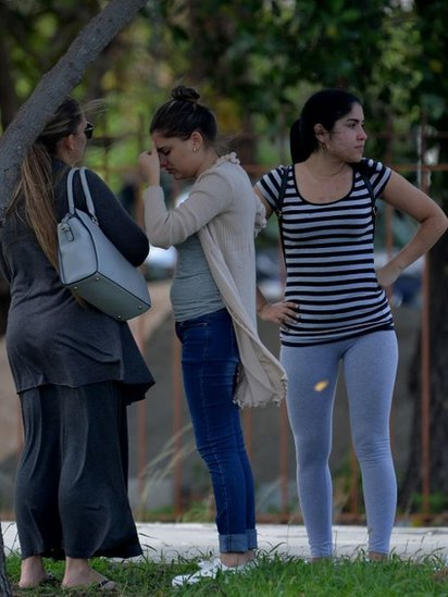 Familiares de las víctimas esperan información a la afueras del Instituto de Medicina Legal de La Habana.