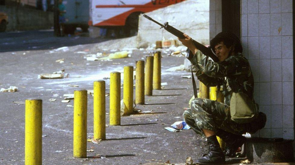 Francotirador durante las protestas en Venezuela en febrero de 1989.