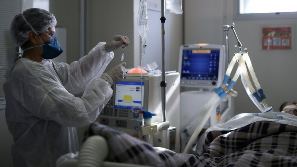 paciente intubado no Brasil