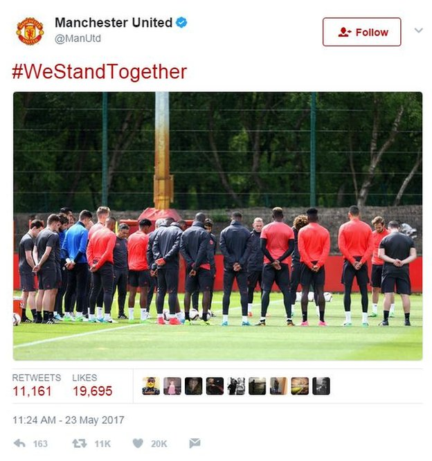 Manchester United players take a minute silence
