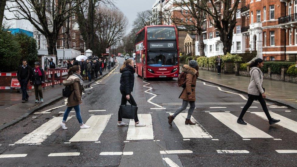 Ribuan turis meniru momen menyeberang di Abbey Road setiap hari.