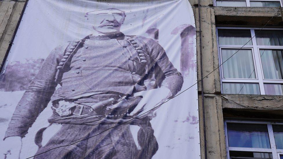 Isa Boljetinac, poznat kao heroj Kosova, bio je albanski borac za nezavisnost krajem 19. i početkom 20. veka. Njegov portret postavljen je na zgradi javne biblioteke. Na mestu nekadašnje biblioteke danas se nalazi restoran brze hrane