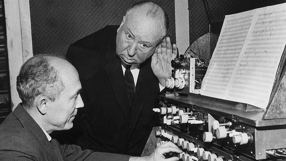 Alfred Hitchcock observa a Oskar Sala tocando el trautonio en el estudio de este último, Berlín, en 1962.