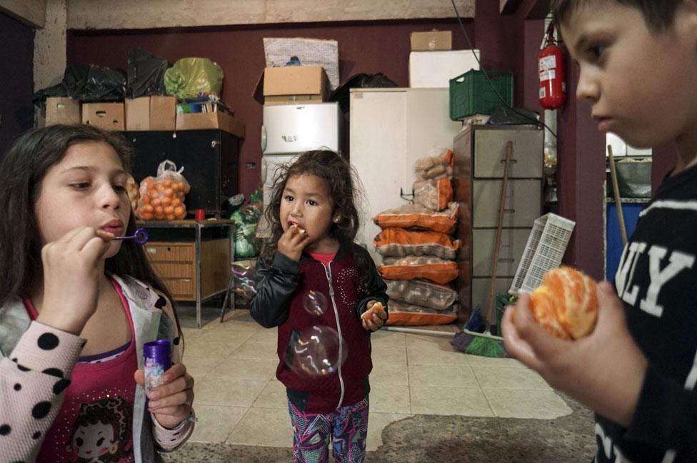 Niños en un comedor comunitario en Buenos Aires